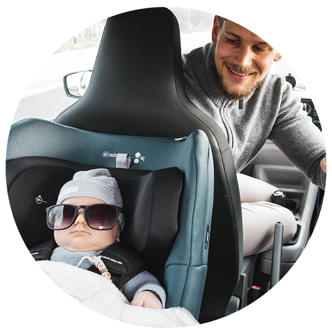Our tip for long car journeys with small children is to pack a small blanket | Swandoo
